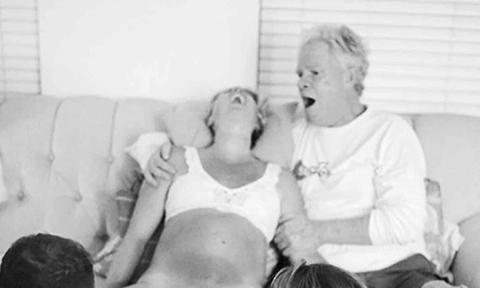 Bố đồng hành cùng con gái vượt qua đau đớn khi lâm bồn