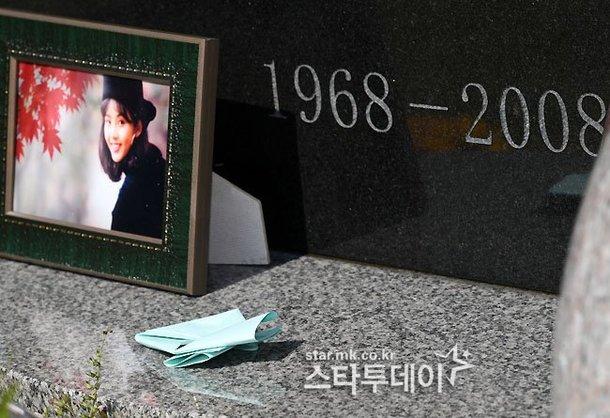 Choi Jin Sil khởi nghiệp năm 1988 với vai trò người mẫu quảng cáo, diễn viên. Cô đóng rất nhiều bộ phim tên tuổi như Bức thư, Kỳ nghỉ ở Seoul, Ước mơ vươn tới một ngôi sao, Hương vị tình yêu...Choi Jin Sil treo cổ tự tử tại nhà riêng ở Jamwon-dong, Seocho-gu, Seoul ngày 2/10/2008, khi mới 39 tuổi.