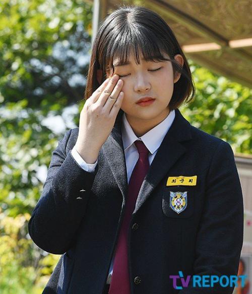 Cô bé 15 tuổi rơi nước mắt trong lễ viếng mẹ. Nhiều lần, trên trang cá nhân, Joon Hee đăng hình ảnh của mẹ và bày tỏ tình yêu, sự nhung nhớ với người mẹ quá cố, khiến mọi người không khỏi thương cảm và xúc động.