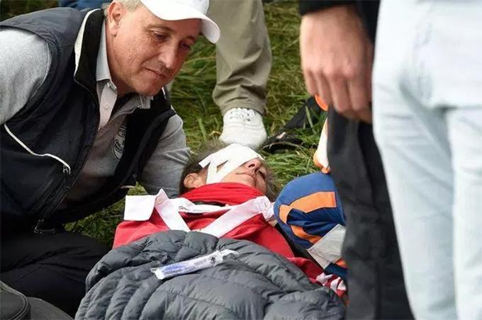 Corine Remande được chăm sóc sau khi dính cú đánh bóng trúng mặt củaBrooks Koepka. Ảnh: EPA.
