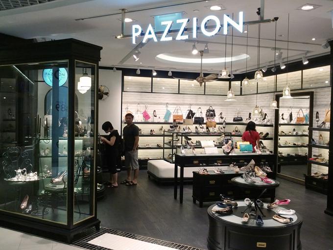 Mọi cửa hàng Pazzion trên thế giới điều thiết kế tông màu đen trắng nổi bật và mùi hương đặc trưng dễ dàng cảm nhận được khi vừa đặt chân tới. Từng chi tiết nhỏ đều có sự tính toán kỹ lưỡng nhằm mang lại những trải nghiệm mua sắm khác biệt cho khách hàng.