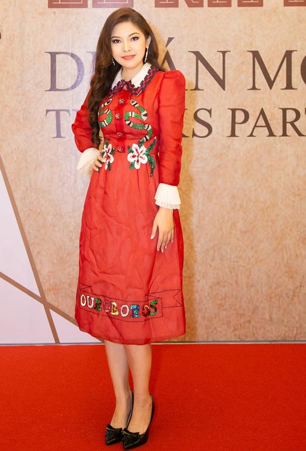 Kim Thanh Thảo thay hai trang phục trong đêm tiệc này. Ở tuổi ngoài 30, nữ diễn viên Hoa thiên điểu vẫn độc thân.
