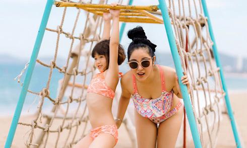 Thúy Nga cùng con gái chơi đùa trên bãi biển