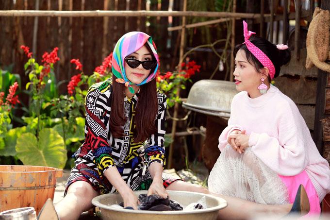 Ngân Khánh và Trang Nhung có tạo hình lòe loẹt trong phim