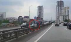 Cô gái chạy xe máy ngược chiều vun vút trên cao tốc