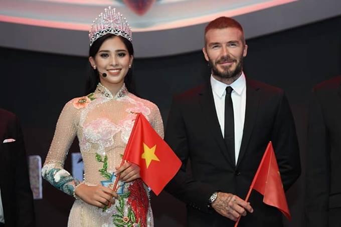 Tiểu Vy và danh thủ David Beckham cùng cầm cờ Việt Nam tại Paris Motor Show.