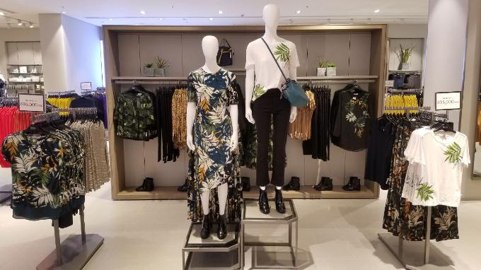 Bộ sưu tập lần này của M&S mang còn đến cho các quý cô những thiết kế trang phục và nội y nữ tính - hiện đại với gam màu ấm cùng họa tiết hoa lá mang hơi hướng thiên nhiên, hay những sản phẩm trẻ trung với họa tiết xu hướng gingham, kẻ ô, sọc&