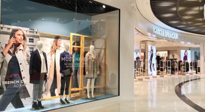 Tọa lạc tại tầng Trệt Trung tâm thương mại Aeon Mall Long Biên với tổng diện tích 720m2, Marks & Spencer mang đến hơn 20.000 món đồ thời trang nam, nữ, trẻ em, nội y, làm đẹp. Người dân Hà Nội sẽ có dịp trải nghiệm những sản phẩm hợp thời trang mùa Thu mới nhất cùng chất lượng châu Âu trong bộ sưu tập mới với mức giá hợp lý. Bộ sưu tập này thể hiện rõ ba ưu điểm của hãng là phong cách thanh lịch, chất lượng cao cấp, sản phẩm vừa vặn - phù hợp nhưng không kém phần hiện đại nhằm đáp ứng quyền được mặc đẹp của mỗi người khi đến M&S mua sắm.