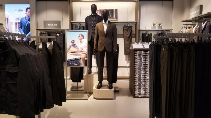 Thời trang nam của M&S cũng đa dạng không kém, từ những sản phẩm áo quần thường nhật thể hiện phong cách đơn giản, thoải mái, đến những sản phẩm phù hợp cho việc đi làm hay đi chơi như áo sơ mi, blazer, vest/suit lịch lãm.