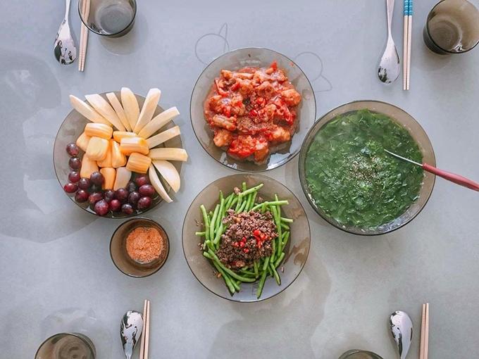 Mâm cơm mùa hè do siêu mẫu Sài thành vào bếp cóđỗ đũa xào thịt bò, sườn non ram chua ngọt, canh và hoa quả tráng miệng.