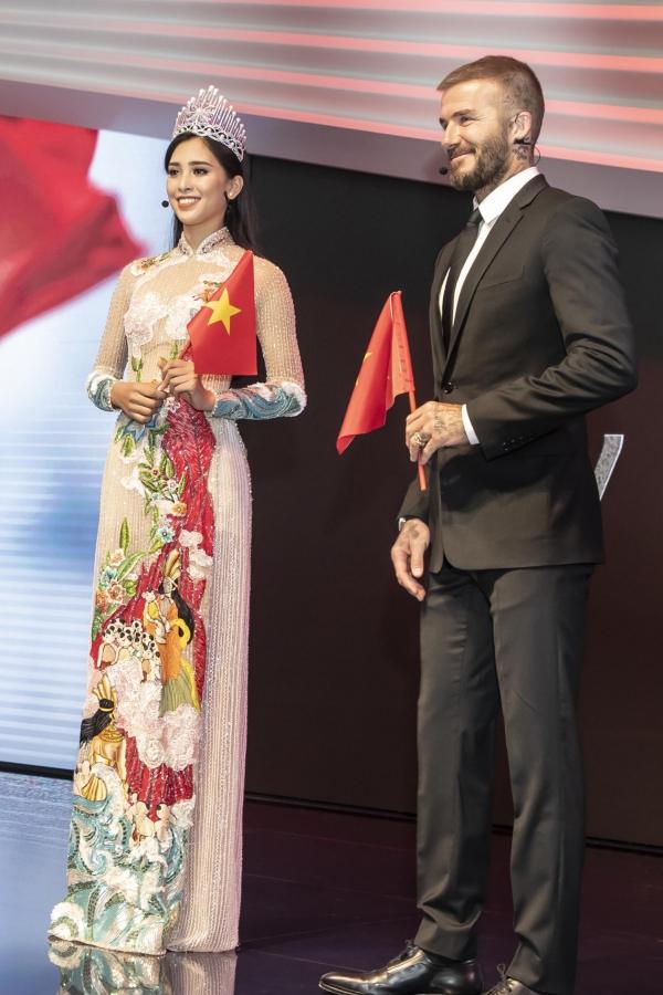 Trước khi kết thúc phần gặp gỡ ngắn ngủi, Tiểu Vy trao tặng David Beckham một món quà là một lá cờ tổ quốc. Cô giao tiếp bằng tiếng Anh và luôn nở nụ cười thân thiện. Cựu danh thủ quốc tế cũng gửi lời cám ơn, đáp lại tấm lòng của người đẹp Việt Nam.