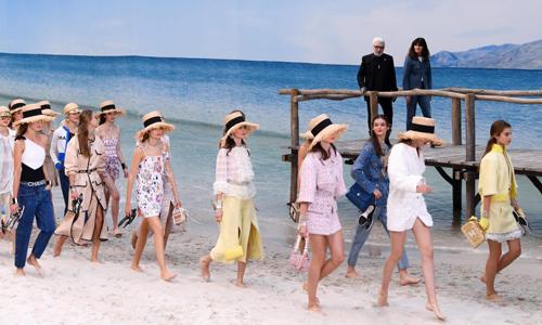 Chanel biến bảo tàng thành bãi biển để trình diễn thời trang