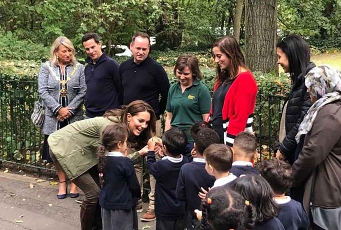 Theo The Sun, Nữ công tước xứ Cambridge đã được chào đón bởi các học sinh ở trường Sayers Croft Forest, khi cùng các em tới thăm khu vườn hoang dã tại Paddington Recreation Ground, Tây London vào sáng qua (2/10).