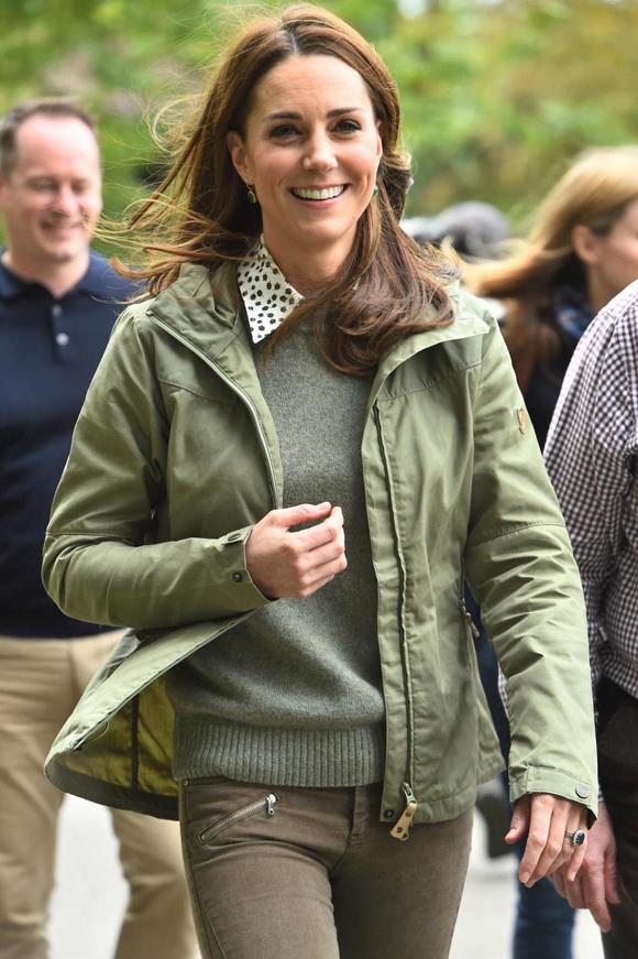 Bà mẹ ba con được nhận xét tươi trẻ và xinh đẹp trong chiếc áo sơ mi lụa của Josseph & Penelope Chilvers có giá 510 USD, quần jeans Zara 39 USD và áo len màu xám 149 USD cùng áo kaki màu xanh 226 USD của thương hiệu thời trang Thụy Điển Fjällräven.