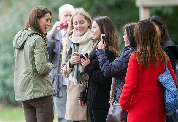 Ngoài ra, Nữ công tước xứ Cambridge còn trò chuyện với giáo viên và gia đình của các học sinh.