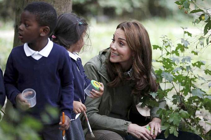 Trong chuyến tham quan, Kate hào hứng nói chuyện với các học sinh, đào đất, tìm nhện và các con thú nhỏ khác.
