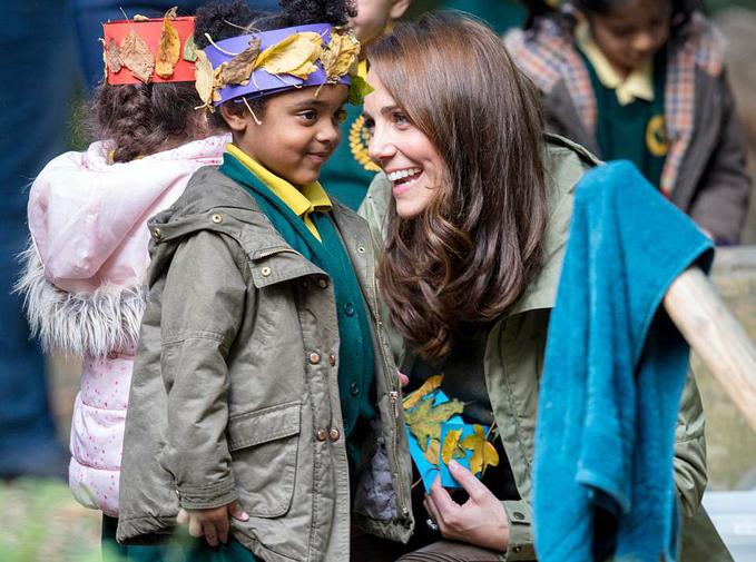 Các em nhỏ nhào ra, vây quanh và ôm chầm lấy Kate khi nhìn thấy cô bước đến.