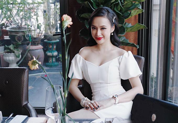 Angela Phương Trinh quyến rũ với thiết kế váy trễ vai.