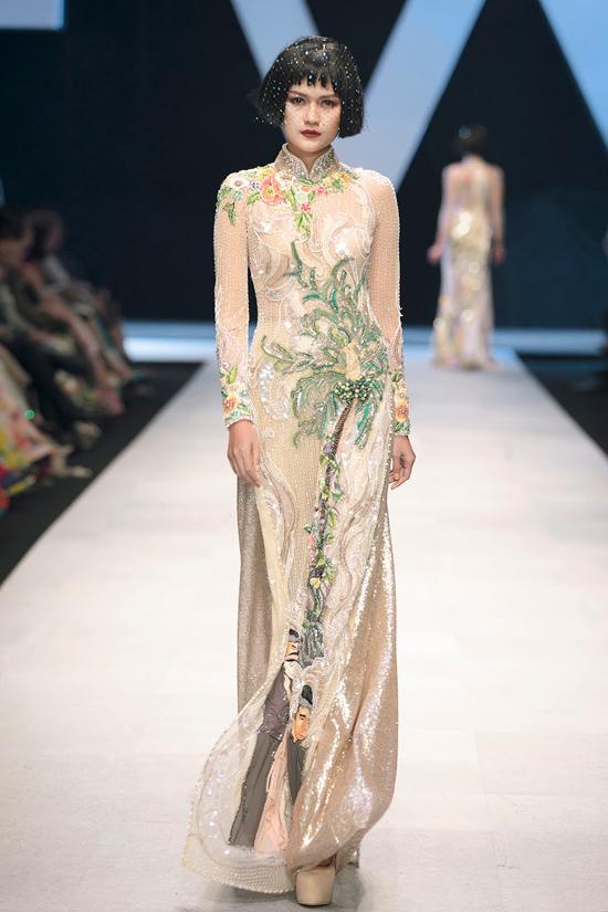 Theo nhà thiết kế Công Trí, cách khai thác áo dài của anh sẽ giúp các người đẹp Việt tự tin diện trang phục truyền thống trong các sự kiện quan trọng. Bởi so với những bộ cánh dạ hội cầu kỳ, áo dài thêu đính kết made in Việt Nam cũng không thua kém về sự sang trọng, tôn nét quyến rũ cho người mặc.