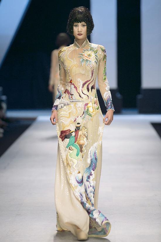 Cách sử dụng chất liệu, hoa văn, màu sắc mang đến sự hài hòa giữa tinh thần Á - Âu cho trang phục truyền thống.