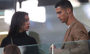 C. Ronaldo mặt khó đăm đăm bên bạn gái và con trai