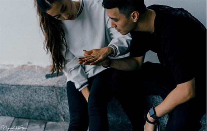 Huỳnh Anh và bạn gái Việt kiều Bỉ chụp ảnh tình tứ bên nhau.