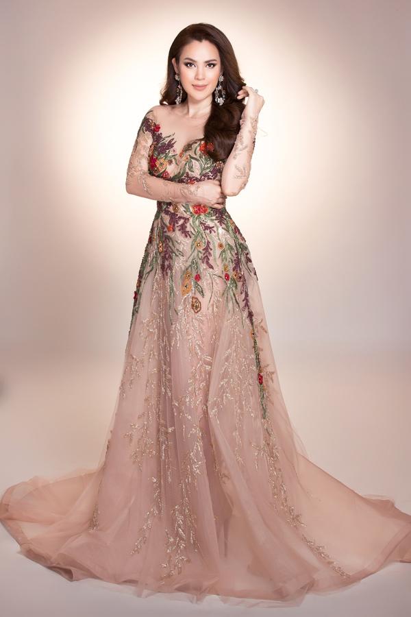 Phương Lê vừa thực hiện bộ ảnh mới với trang phục dạ hội thêu đính cầu kỳ.
