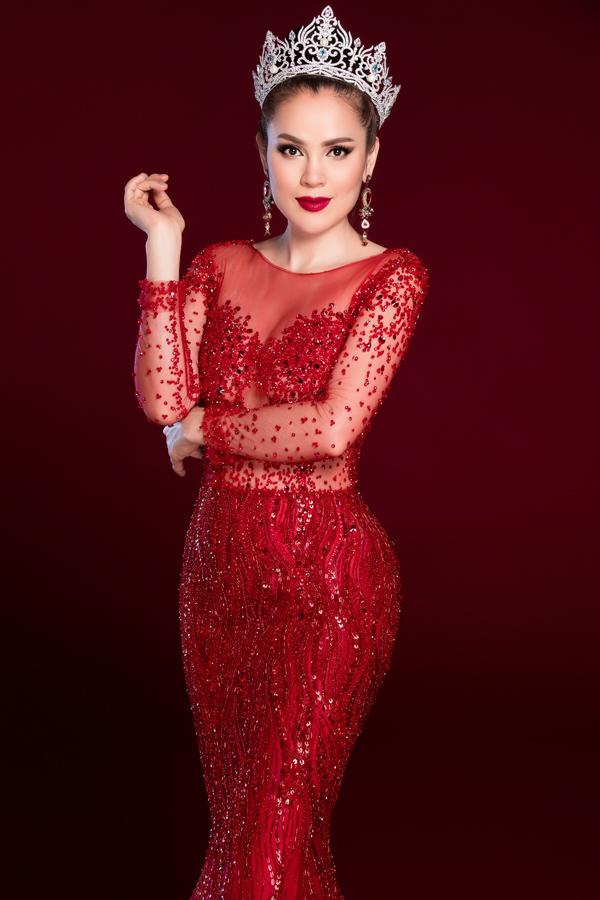 Phương Lê rất thích các bộ cánh may bằng vải xuyên thấu sexy của Hoàng Hải. Cô từng mặc trang phục của nhà thiết kế này trong đêm đăng quang Hoa hậu Quý bà Hòa bình Thế giới 2017 ở Philippines.
