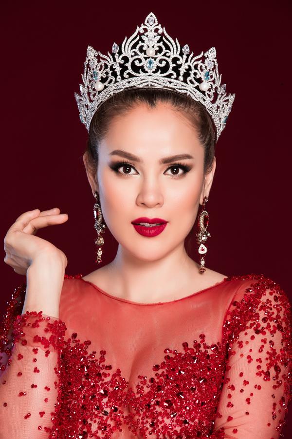 Từ khi trở thành Hoa hậu, đây là một trong số rất ít lần Phương Lê chụp ảnh với vương miện. Cô luôn cất kỹ món đồ đặc biệt này để đánh dấu kỷ niệm đáng nhớ trong đời.