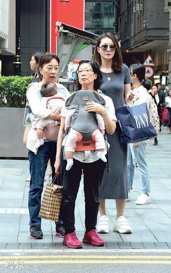 Tình cũ Quách Phú Thành đưa hai con đi mua sắm