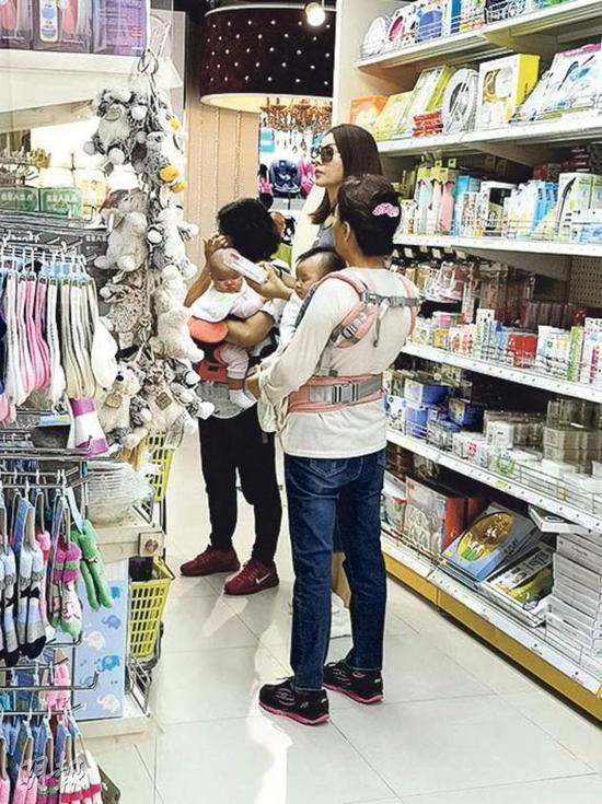 Tình cũ Quách Phú Thành đưa hai con đi mua sắm - 1