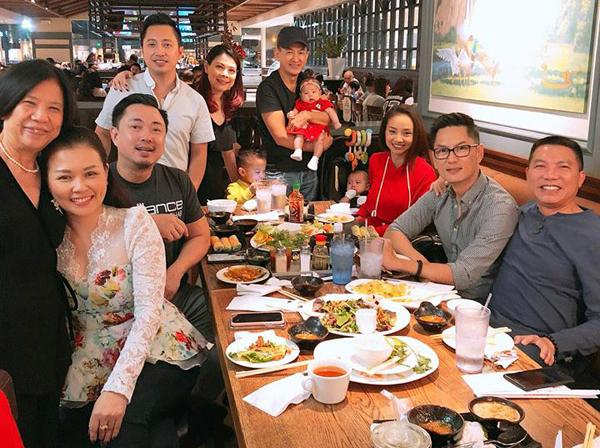Vợ chồng cô và nhữngngười thân đãtổ chức bữa tiệc sinh nhật cho mẹ chồng tại một nhà hàng.