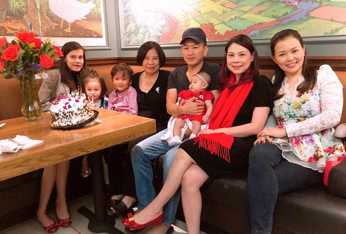 Giọng ca Ôi tình yêu còn tiết lộ, mẹ chồng là người gốc Hoa nhưng rất giỏi tiếng Việt. Khi cô gửi tin nhắn mừng sinh nhật, bà đã nhắn lại rành mạch: Cảm ơn hai con nhiều đã có lòng yêu má vô cùng với lời chúc và cầu nguyện chân thành của các con. Má rất rất là vui sướng khi có các con ở bên cạnh mà quan tâm đến má. Nguyện Chúa ban cho các con một gia đình hạnh phúc, ban cho con trẻ mãi đẹp mãi, bé Talia của nội mau lớn và ngoan ngoãn.