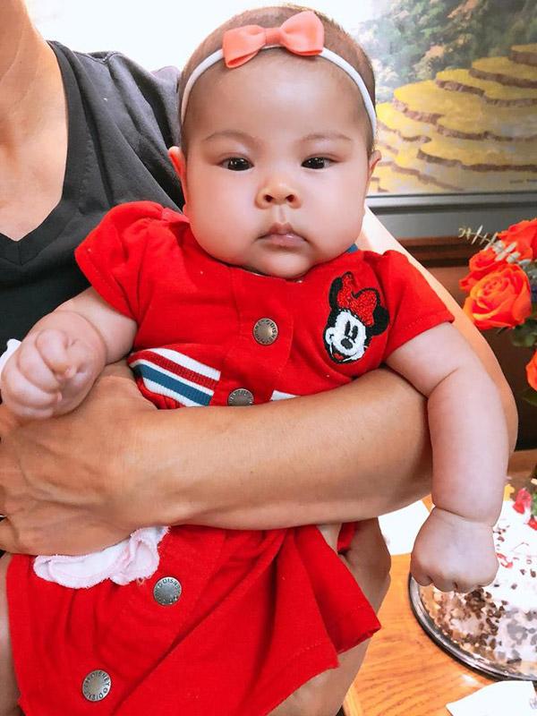Bé Talia mới hơn 2 tháng tuổi nhưng rất bụ bẫm. Cô nhóc có gương mặt thừa hưởng nhiều nét giống mẹ.