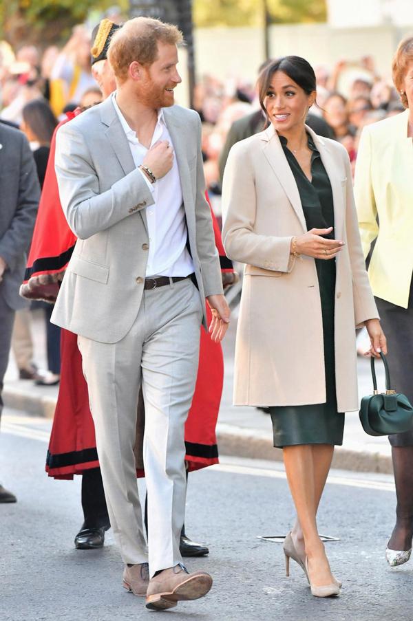 Ngày 3/10, vợ chồng hoàng tử Harry có chuyến thăm chính thức hạt Sussex - nơi mà họ được phong tước vị hoàng gia sau đám cưới. Cả hai được nhiều người hâm mộ chào đón nồng nhiệt khi xuất hiện ở thành phố Chichester, phía tây Sussex.