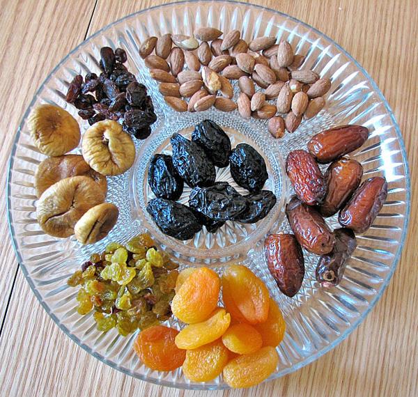 Trái cây sấy khô Ngoài việc có hàm lượng calo cao hơn mỗi gram so với trái cây tươi, trái cây sấy khôcũng thường được phủ đường, cànglàm tăng hàm lượng calo của chúng.