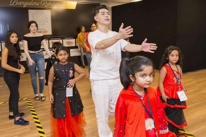 Đạo diễn Nguyễn Hưng Phúc thực hiện tuần lễ thời trang trẻ em Ấn Độ
