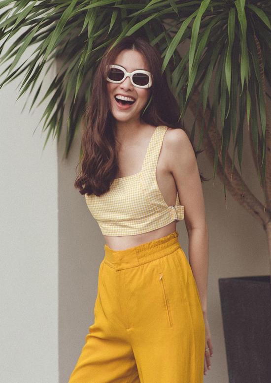 Tăng Thanh Hà giúp mình trở nên rạng rỡ và trẻ trung hơn với cách mix áo hai dây đi kèm quần ống rộng tông vàng nổi bật.