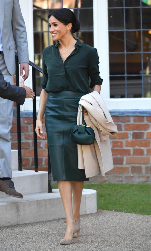 Gây chú ý nhất trên tổng thể diện mạo Nữ công tước xứ Sussex lần này là chiếc túi satin nhỏ nhắn từ thương hiệu Gabriela Hearst, có giá 1.695 bảng (hơn 51 triệu đồng). Còn đôi giày da lộn mũi nhọn chính là mẫu phụ kiện yêu thích của Công nương Kate Middleton - sản phẩm Stuart Weitzman 360 bảng (11 triệu đồng).