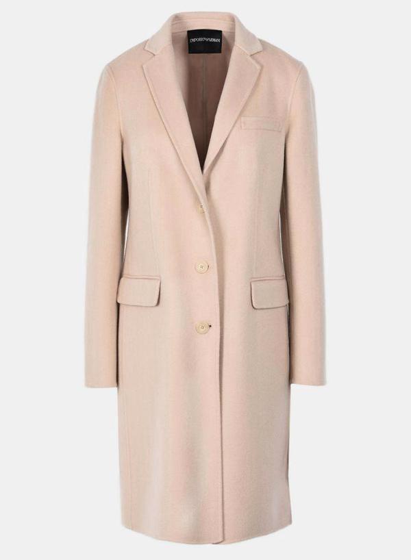 Được bán ở mức 1.699 bảng (51,5 triệu đồng), thiết kế áo choàng Giorgio Armani sang trọng đã cháy hàng từ trước khi theo chân Meghan tới hạt Sussex.
