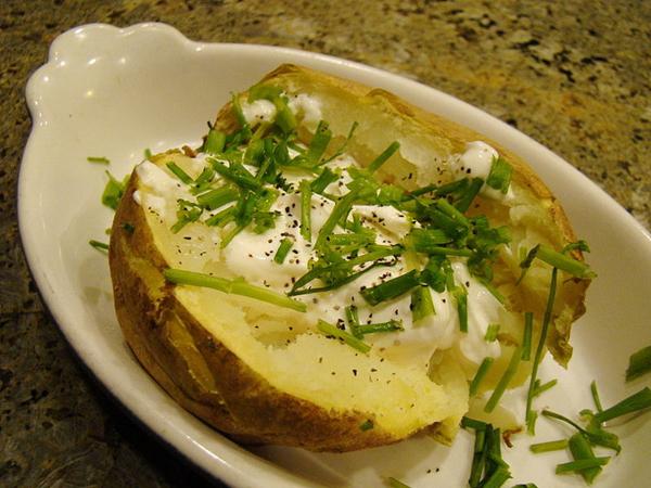 Khoai tây Khoai tây rất bổ dưỡng và ngon miệngnhưng chúng cũng có hàm lượng calo rất cao. Một củ khoai tây trung bình chứa khoảng 163 calo. Nếu bạn đang phấn đấu để có được bụng phẳng thì nên hạn chế ăn khoai tây.