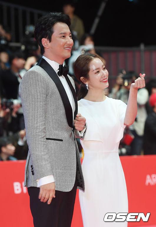 Sánh vai trên thảm đỏ là cặp nghệ sĩ Kim Nam Gil và Han Ji Min.