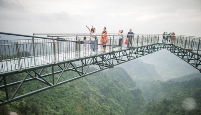Cầu kính trên cao ở công viên Wansheng Orodivcian, Trùng Khánh, Trung Quốc. Ảnh: Imagechina.
