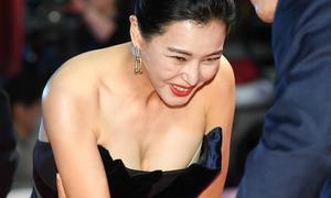 Hoa hậu Hàn Honey Lee khoe khéo vòng một 'khủng' trên thảm đỏ Busan