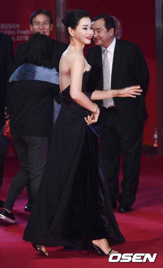 Tối 4/10, Liên hoan phim Quốc tế Busan khai mạc tại Udong Film Hall, thành phố Busan, Hàn Quốcvới sự góp mặt của hàng trăm ngôi sao tên tuổi Kbiz. Trên thảm đỏ, các mỹ nhân đua nhau khoe sắc trong trang phục rực rỡ. Đến từ sớm, Hoa hậu Honey Lee khoe sắc vóc yêu kiều trong một thiết kế điệu đà.