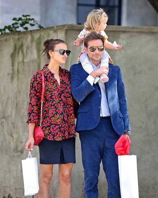 Sáng hôm sau (3/10), Bradley cũng được trông thấy kiệu con dạo phố và Irina Shayk đi cùng. Siêu mẫu 30 tuổi để mặt mộc, mặc đồ giản dị.