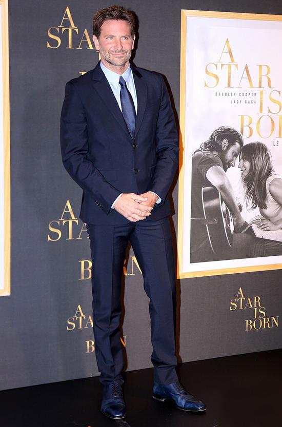Bradley đang có những ngày bận rộn dự lễ ra mắt phim và tham gia các buổi phỏng vấn. Anh xuất hiện với vest bảnh bao tại buổi công chiếu phim A Star is Born ở Paris, Pháp tối 1/10.