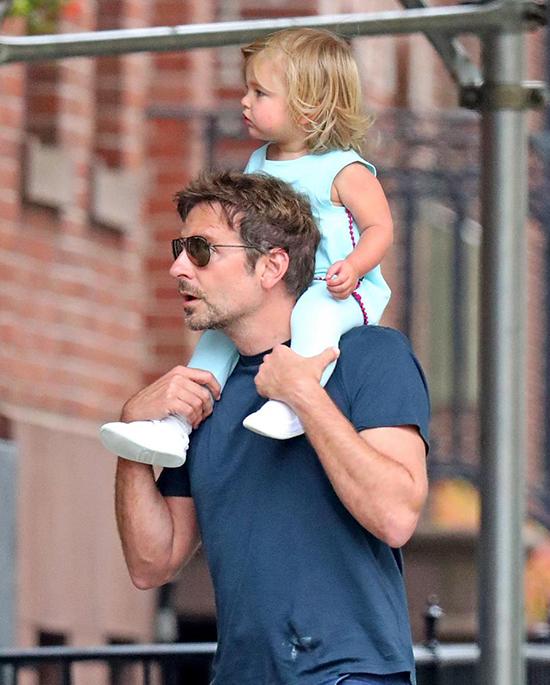 Bé Lea thích thú ngồi trên vai bố ngắm nghía xung quanh. Cô bé càng lớn càng giống bố.