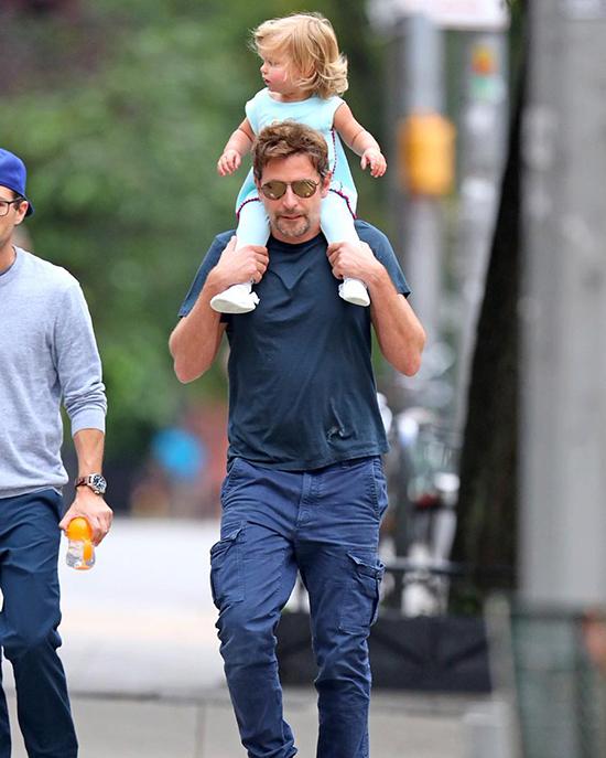 Bradley thường xuyên đưa con gái đi chơi giống như những ông bố bình thường khác. Chỉ một ngày trước đó, nam diễn viên vẫn đang chu du ở châu Âu để quảng bá phim A Star is Born do anh làm đạo diễn và đóng vai chính.