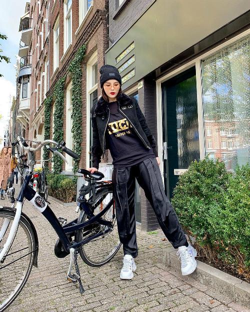 Kỳ Duyên đi xe đạp dạo phố ở Hà Lan.
